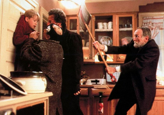 Herec Roberts Blossom ve filmu Sám doma zachraňuje malého Kevina od Mokrých pirátů.