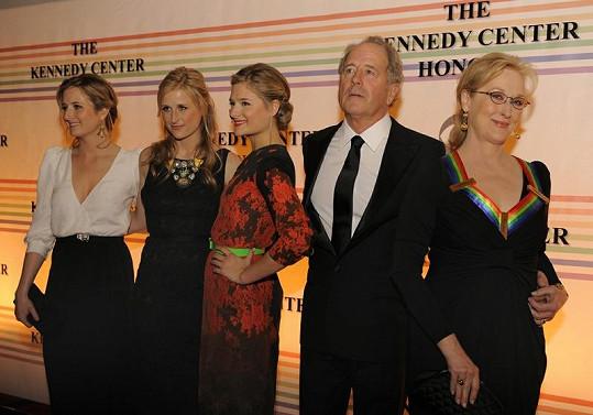 Pyšná Meryl Streep, její manžel a jejich tři krásné dcery.
