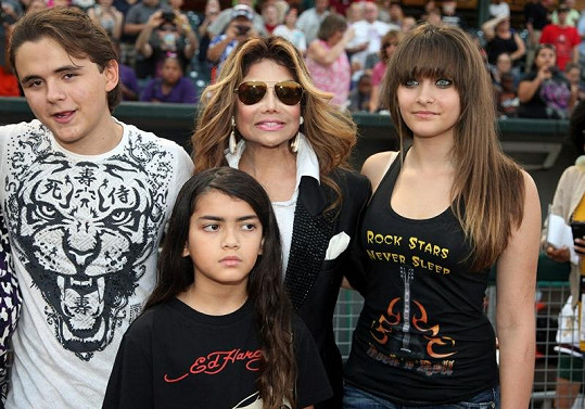 Děti Michaela Jacksona s tetou Janet.