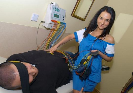 Hubne se pomocí elektrod vysílajících do těla elektrické impulzy.