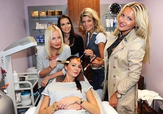 Martina Pártlová, Iveta Lutovská, Linda Bartošová a kosmetička Hana Hamoudová ošetřují Terezu Zimovou.