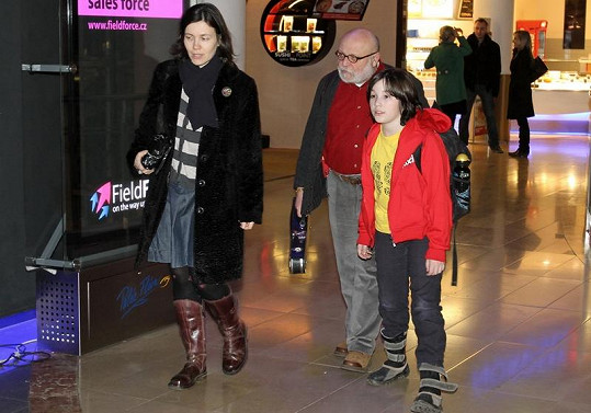 Goldflam přichází s rodinou k promítacímu sálu.