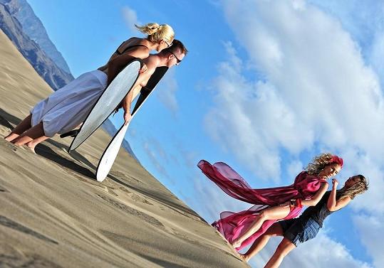 Michaela Ochotská s týmem při focení v dunách na ostrově Gran Canaria.