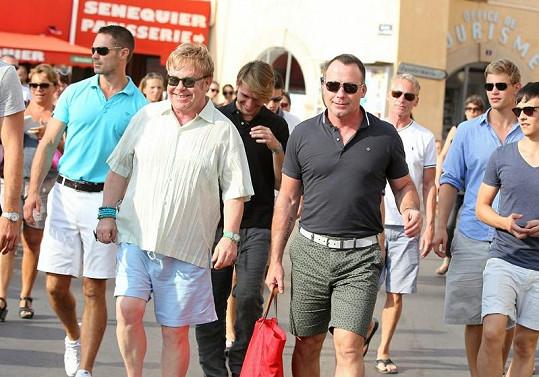 Britský hudebník si na dovolenou pozval řadu přátel.