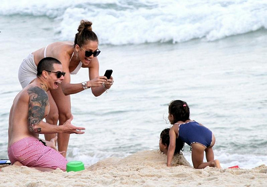 Rodinná idylka v podání Jennifer Lopez, jejích dvojčat Emmy a Maxe a partnera Caspera Smarta.