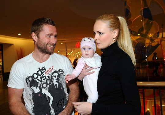 Lucie Hadašová je už vdanou paní. Vzala si otce své dcery Denisky, hokejistu Jaroslava Bednáře.