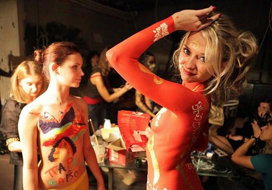 Umělci pracovali s těly půvabných mladých dívek.