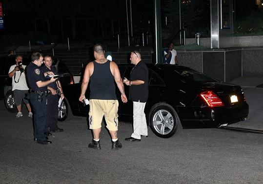 Policisté vyšetřují nehodu mercedesu Katie Holmes.
