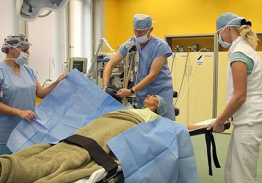 Anife při operaci přikurtovali.