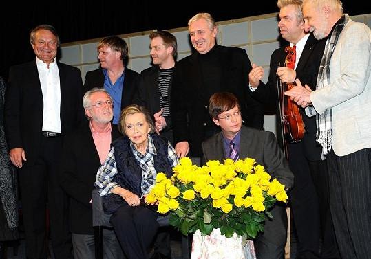 Jiřina Jirásková ve čtvrtek v pražském Divadle Bez Zábradlí oslavila osmdesáté narozeniny. Na snímku se svými gratulanty z herecké branže i mimo ni.