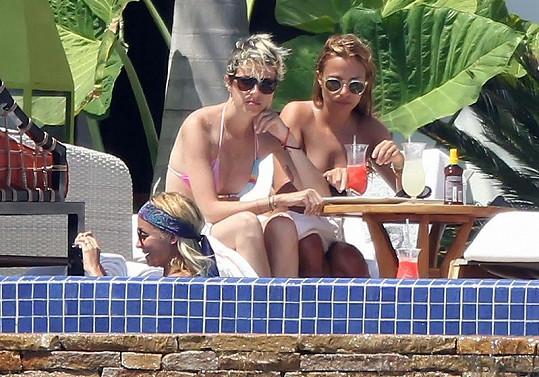 Nicole Richie, Samantha Ronson a jejich kamarádka u bazénu.