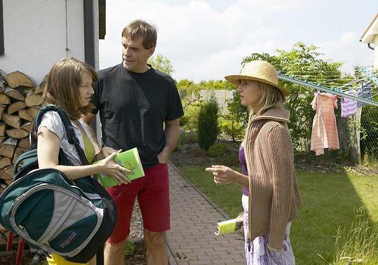 Berenika (vlevo) v kontroverzním filmu Tatínkova holčička.
