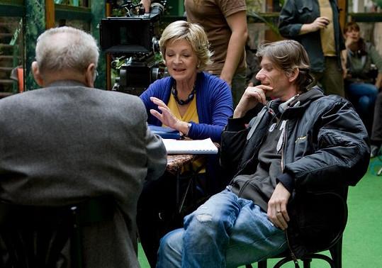 Hlaváčová na pracovním snímku s Jiřím Strachem. Tehdy se zřejmě ještě cítila dobře.