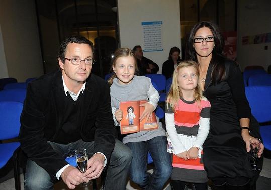 Michal Viewegh s rodinkou na dražbě v Muzeu české hudby.