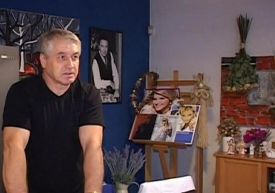 Josef Rychtář se stará o Ivetu jako o malé dítě.