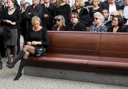 Helena Vondráčková si sedla do první řady. Za ní Neckář s Kubišovou, s nimiž je rozhádaná.