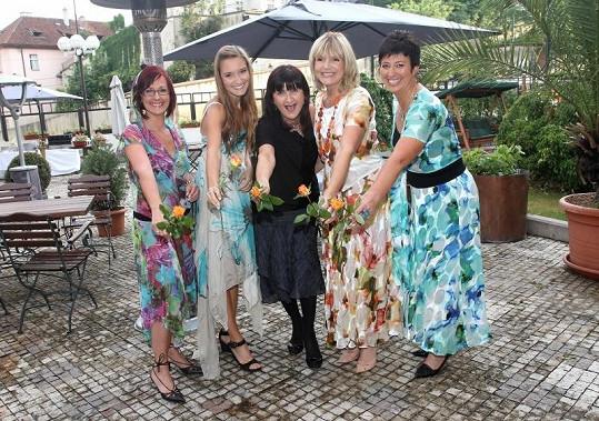 Věra a Anežka spolu s návrhářkou Zdeňkou Balajkovou a dalšími modelkami z řad zákaznic.