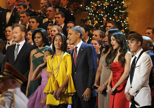 Barack Obama s rodinou zpívá koledy. Zcela vpravo Justin Bieber.
