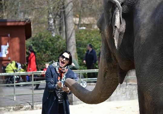Anička názorně ukázala, jak má ráda zvířata.