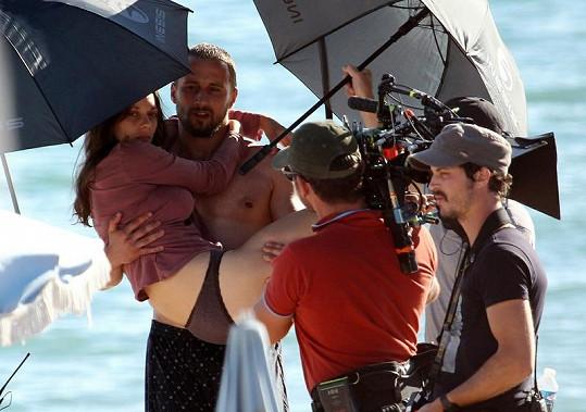 Marion Cotillard v náručí hereckého kolegy.