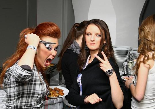 Dominika Šuľáková se na večírku Hlasu vrhá nadšeně na raut.