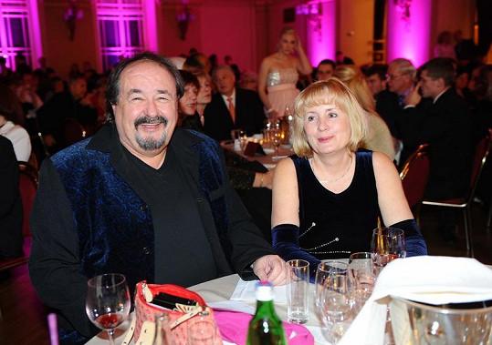 Hrdý otec Petr Novotný s manželkou Mirkou.