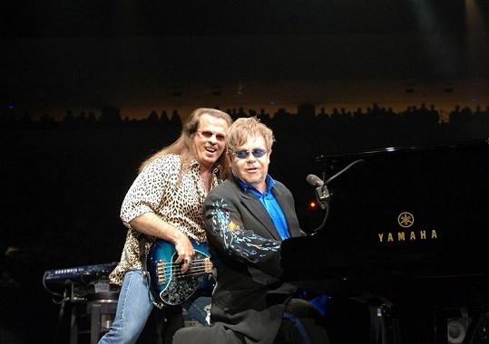 Robert Birch a Elton John během koncertu.