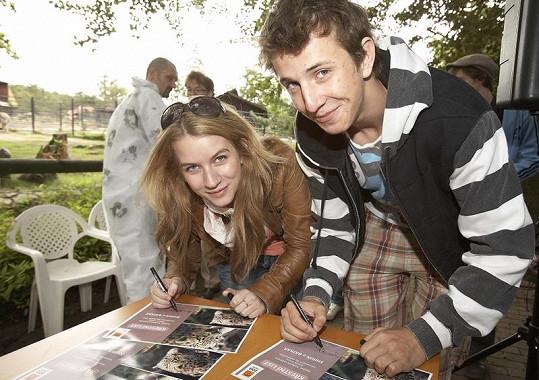 Jakub Štáfek s Annou Fixovou podepisovali jaguáří podpiskarty.