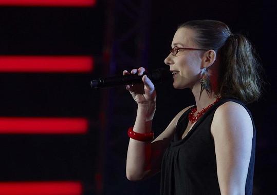 Lenka Jankovcová vystupuje s kapelou Yellow Sisters.