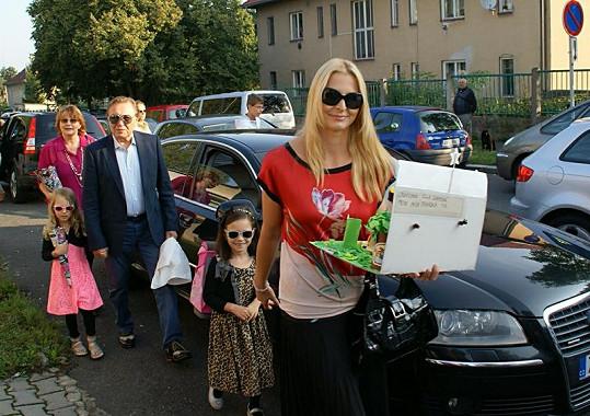 První školní den. Ivana Gottová s Charlottkou, Nelly, Karlem a maminkou Blankou přicházejí do školy (2012).