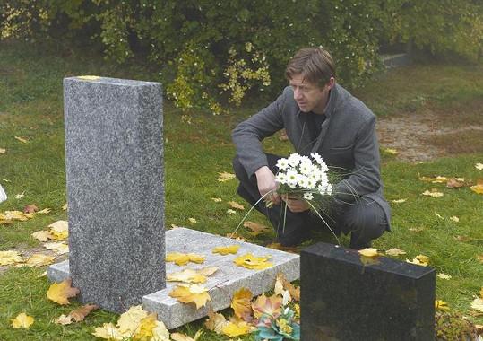 Jiří Langmajer v seriálu Soukromé pasti truchlí nad smrti své zavražděné ženy.