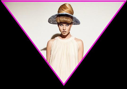 Kolekce klobouků Libky Safr je takový kontrast mezi budoucností a retro návraty do padesátých let.