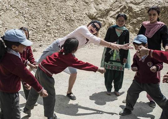 Světlana při vyučování s dětmi.