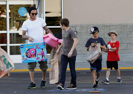 David Beckham se syny Brooklynem, Romeem a Cruzem koupili dárky pro Harper.