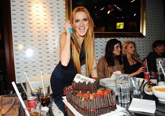Romana Pavelková krájela svůj dort opravdu nevšedním způsobem.