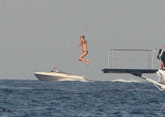 Kate Moss se při skoku do vody odrazila do výšky.