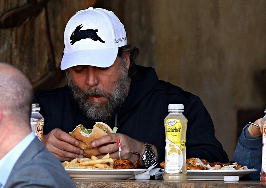 Herec si vychutnával nezdravé jídlo.