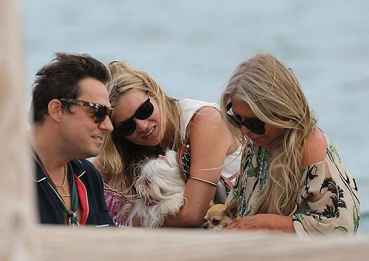Modelka s manželem Jamie Hincem a kamarádkou v St. Tropez.