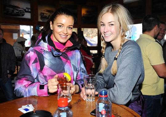 Konečně klid. Jitka s Miss Golf Simonou Dvořákovou v baru pod sjezdovkou.