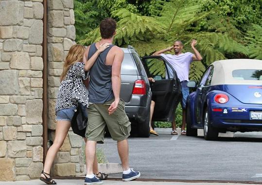 Miley drží svého Liama kolem ramen.