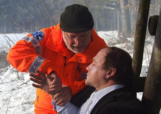 Hanzlík jako Jandera, který zachraňuje promrzlého Mařáka.