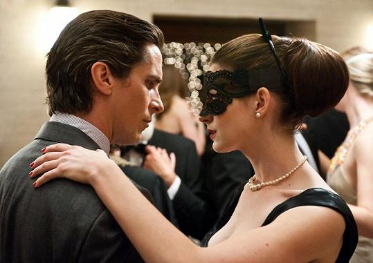 Christian Bale a Anne Hathawayová.