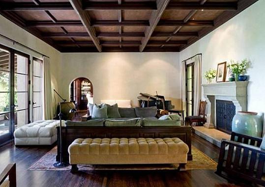 Domu vévodí přírodní materiály a především pak dřevo.