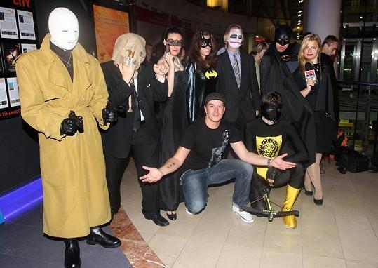 Hvězdný reportér Tomáš Kraus s filmovými příšerami.