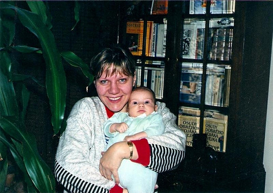 Čtyřicetiletá Marie krátce po porodu dcery Petry (1995).