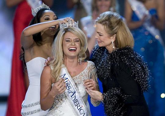 Loňská Miss America Caressa Cameron v lednu předala korunku nově zvolené Terese Scanlan.