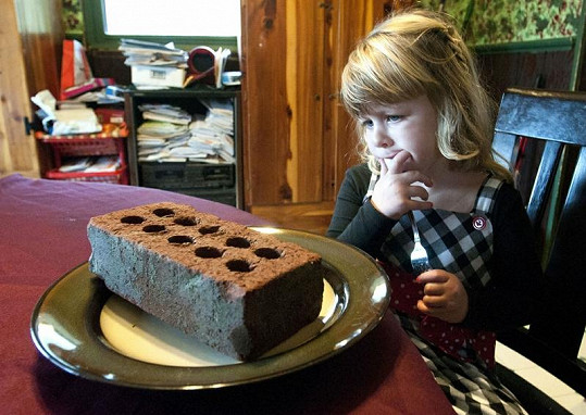 Tříletá Natalie Hayhurst by na svém talíři opravdu nejraději viděla cihlu.