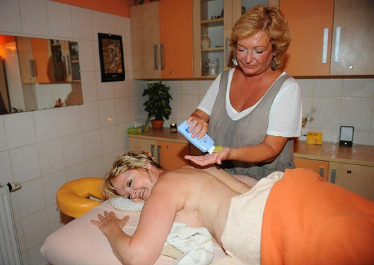 Herečka Eva Hrušková na masáži.