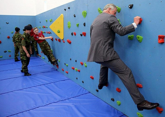 Princ Charles si zkusil lezeckou stěnu spolu s dětmi.