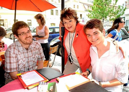 Jiřina se svými dvěma vnuky, starším Markem a mladším Vojtou.
